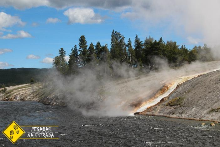 Água termal em direção ao Rio Firehole. Foto: CFR / Blog Pegadas na Estrada