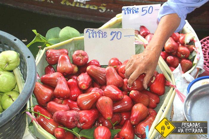 Frutas frescas vendidas no mercado flutuante em Bangkok. Foto: CFR / Blog Pegadas na Estrada