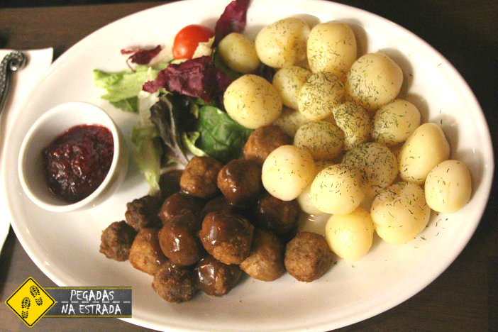 Almôndegas Suecas com batatas ao dill e molho de mirtilo. Foto: CFR / Blog Pegadas na Estrada