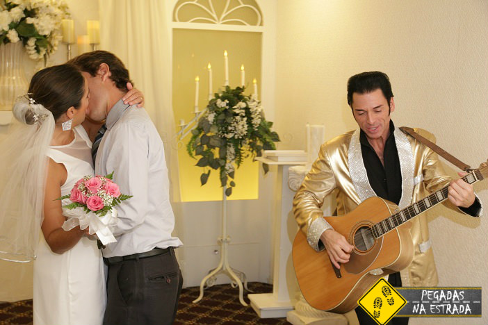 Casando com Elvis Presley em Las Vegas. Foto: fotógrafo da Wee Kirk o'the Heather Wedding Chapel/ Blog Pegadas na Estrada