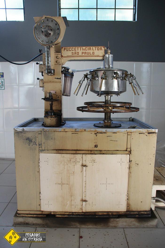 Máquina de engarrafar a Cachaça Claudionor. Foto: CFR / Blog Pegadas na Estrada