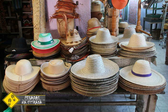 Chapéus à venda no Mercado Municipal de Januária. Foto: CFR / Blog Pegadas na Estrada