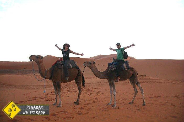 Passeio de dromedários pelo deserto do Saara